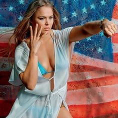 Ronda Rousey in front of the flag. Ronda Rousey Pics, Ronda Rousey Hot, Ronda Jean Rousey, Female Mma Fighters, Female Fighter, Wwe Female Wrestlers, Female Athletes, Jiu Jitsu, Ronda Rousy