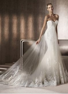 Trumpet/Mermaid Strapless Sweetheart Chapel Train Tulle Wedding Dress With Ruffle Appliques Lace