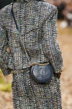 Chanel Fall 2018 Ready-to-Wear collection, runway looks, beauty, models, and reviews.
