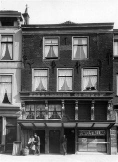 Neude 35 (1944) In de jaren 70 was hier tapperij de Luifel gevestigd