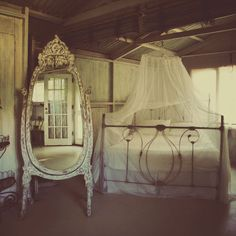 Full length mirror and iron bed Sweet Home, Boudoir, Banquettes, We Are The World, Decoration Design, Bedroom Vintage, Interior Exterior, Interior Design, Beautiful Bedrooms