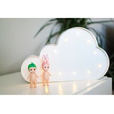 Dekorativ flot lampe fra Sweetlights, der er udformet som en sky, der passer ind på ethvert børneværelse. Klik ind på Lirumlarumleg.dk og find mere inspiration.