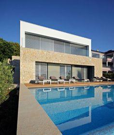 Diseño de moderna casa de dos pisos, estructura de hormigón y detalles de piedra