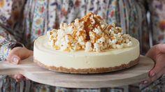Osteiskake med karamell og popcorn-topping