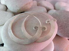 """Pendientes artesanales de plata """"Karen"""".  Miden 4,3 cm. de diametro.  Precio: 37 Euros                                                                                                                                                      Más"""