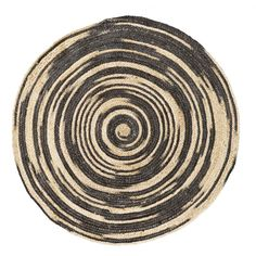 Décidément j'aime les produits naturels, et ce n'est pas mon petit séjour à Marrakech qui me fera dire le contraire. J'aime ces objets déco issus de matériaux naturels réalisés dans une belle tradition. En ce moment, je suis complétement gaga de ces tapis de jute rond que vous avez pu voir dans la maison présenté hier. J'aime ce côté bohème et gypsy des formes et l'aspect scandi des matières naturelles. D'ailleurs, je ne sais pas si vous aviez vu celui de chez Madame Soltz, il est craquant…