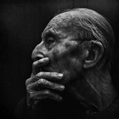 Manchester-based photographer Lee Jeffries first befriended homeless people before taking their portraits. Lee Jeffries, Foto Portrait, Portrait Photography, Man Portrait, People Photography, Black And White Portraits, Black And White Photography, B&w Tumblr, Old Faces