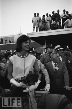 American future First Lady Jacqueline Kennedy stands in an open-top. Jaqueline Kennedy, Ted Kennedy, Jackie Kennedy Style, Jacqueline Kennedy Onassis, Familia Kennedy, American First Ladies, John Junior, Life Magazine, Jfk