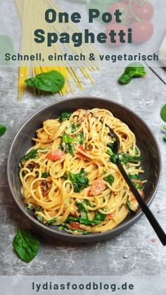 This one pot pasta with spinach and tomatoes is ready in 20 minutes. A super fast feel-good dish for every day. The idea of ​​one pot dishes is totally simple, but still brilliant. Pasta and sauce are Quick Easy Meals, Healthy Dinner Recipes, Vegetarian Recipes, One Pot Dishes, Best Dishes, Healthy Chicken Pasta, Spinach Pasta, Spaghetti Spinach, One Pot Pasta