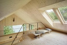 Dachboden : Modern living room by Backraum Architektur