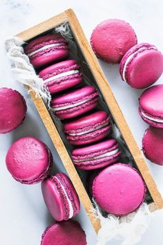 These are Pomegranate Macarons, filled with a Pomegranate Jam. Pomegranate Macarons Pomegranate Macarons filled with pomegranate jam Macaron Nutella, Macaron Dessert, Macaron Filling, Macaron Flavors, Köstliche Desserts, Delicious Desserts, Dessert Recipes, Plated Desserts, Pomegranate Jam
