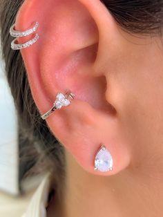 30 tipos de piercing na orelha maravilhosos para você se inspirar Gold Bar Earrings, Tiny Stud Earrings, Circle Earrings, Crystal Earrings, Crystal Jewelry, Daith Piercing, Faux Piercing, Cute Ear Piercings, Lobe