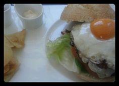 Hamburguesa casera con lechuga, tomate, cebolla y huevo frito ecológico. Y pan de la Tahona. Tahona Artesanal Gourmet Bilbao.