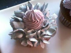 cupcake con frosting de vainilla.