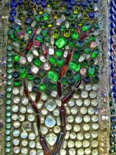 Minnie's bottle wall: mosaic with bottles Wine Bottle Wall, Bottle House, Wine Bottle Crafts, Bottle Art, Earthship Home, Recycled Glass Bottles, Bottle Trees, Tadelakt, Natural Building