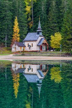 Pretty little Chapel Lago di Braies, in the Dolomite mountain range in northeastern Italy. Abandoned Churches, Old Churches, Abandoned Cities, Old Country Churches, Church Pictures, Beau Site, Take Me To Church, Templer, Church Architecture
