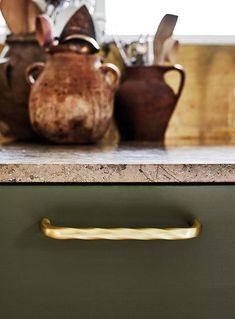 """Køkkengreb Twirl Børstet Messing fra hjemmesnedkeren.dk Designet er inspireret af ideen om de industrielle, ru og solide produkter, der normalt er forbundet med en unbrako skrue. Twirl grebet ligner bogstaveligt talt en unbrako skrue, der drejes, og dets enkelhed gør det til et ikonisk og innovativt produkt. Afhængigt af den valgte finish, kan dette håndtag enten være industrielt eller """"glam"""". Fungerer både i køkken, badeværelse og i garderoben. #messing greb #messing køkkengreb Cabinet Handles, Messing"""