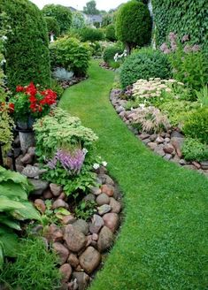 front yard landscape design Welcome to our ultimate about how to increase curb appeal of your house! Why does curb appeal matter? Well, the first impression is everything at Small Front Yard Landscaping, Outdoor Garden, Cottage Garden, Small Backyard Landscaping, Backyard Garden, Backyard Landscaping Designs, Outdoor Gardens, Rock Garden Landscaping, Garden Edging