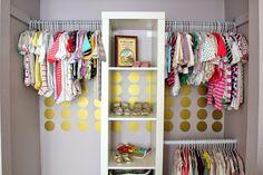Una habitación de bebé delicada y con toques en Dorado!