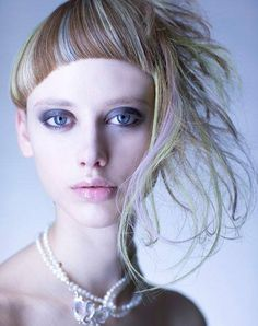 Uneven bowl haircut with long locks on the side Creative Hairstyles, Funky Hairstyles, Creative Hair Color, Corte Y Color, Hair Shows, Hair Images, Crazy Hair, Hair Art, Ideas