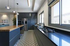 המעצבים איילת וחמי סולומון ממליצים על מטבחי אביבי | בניין ודיור Kitchen Island, Kitchens, House, Ideas, Home Decor, Island Kitchen, Decoration Home, Home, Room Decor