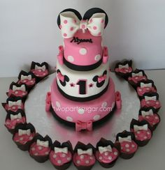 Minnie Mouse Cake & Cupcakes of course do Mickey for hom Torta Minnie Mouse, Bolo Minnie, Minnie Mouse 1st Birthday, Minnie Mouse Theme, Minnie Mouse Cake, Mickey Mouse, Pink Minnie, Bash, Disney Cakes