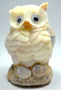 Find this Pin and more on DIY: Conchas, piedras y otros elementos naturales. An owl made of seashells Seashell Ornaments, Seashell Art, Seashell Crafts, Ocean Crafts, Beach Crafts, Shell Animals, Seashell Projects, Shell Decorations, Folded Book Art