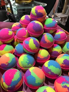 Kosmetik Image of Bubble Luscious Bath Bomb Approx 190 grams Do you need new cabinet hardware? The Body Shop, Bath Fizzies, Bath Salts, Beauty Box, Bath Booms, Lush Bath Bombs, Diy Bath Bombs, Bath Bombs Scents, Homemade Bath Bombs