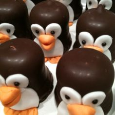 Pinguïn-traktaties voor Nienke haar tweede verjaardag! Funny Food Jokes, Food Humor, Cute Snacks, Party Snacks, Creative Desserts, Catering Food, Funny Food Pictures, Chocolate, Food Crafts