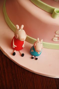 How to make Peppa Pig out of fondant. The boys would love this.