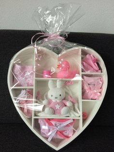 Baby shower idee cadeau baby shower avec over op idee cadeau invite bab Idee Cadeau Baby Shower, Regalo Baby Shower, Deco Baby Shower, Baby Party, Baby Shower Parties, Baby Shower Gifts, Baby Shower Presents, Homemade Anniversary Gifts, Baby Hamper
