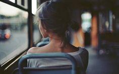 Девушка в автобусе, Оголенные плечи обои, картинки, фото, рисунок, на рабочий стол
