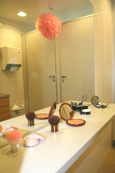Bröllop - Tips: Det är detaljerna som gör det. På damernas toalett fanns alla nödvändiga saker vi tjejer kan tänkas behöva för en helkväll. Wedding - Girls bathroom.