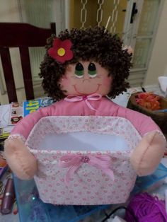Canasta dormitorio niña Kids Crafts, Doll Crafts, Sewing Crafts, Diy And Crafts, Diaper Holder, Diy Gift Box, Doll Painting, Recycled Crafts, Fabric Dolls