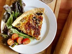 recette de  Quiches champignons et tomates sechees avec companion - Pâte brisée- Huile d'olive- Tomates  séchées- Champignons de Paris- Oignons- Crème fraîche épaisse - Oeufs- Gruyère râpé - Sel et poivre