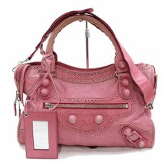 Buy your city leather handbag Balenciaga on Vestiaire Collective, the luxury consignment store online. Second-hand City leather handbag Balenciaga Pink in Leather available. Balenciaga First, Pink Balenciaga, Balenciaga Handbags, Balenciaga City Bag, Leather Handbags, Luxury Handbags, Fashion Handbags, Cuir Rose, Designer Shoulder Bags