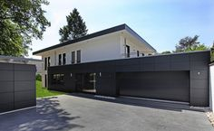 Can you really have both, and choose a Bauhaus style as a design for a wooden house? Industrial House, Modern Industrial, Garage Design, Exterior Design, Stommel Haus, Unique Garage Doors, Bauhaus Style, Bauhaus Design, Wooden House