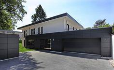 Kann man wirklich beides haben, und für ein Holzhaus Bauhausstil als Design wählen? Aber ja: Von außen sehen wir ein trendiges Designhaus, innen lieben wir...