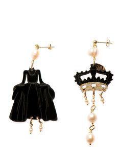 Orecchini in plexiglass nero con elementi in ottone galvanizzato oro e perle naturali. La misura grande è lunga 10 cm - la misura piccola 7 cm
