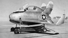 McDonnell XF-85 Goblin, um protótipo de jato de combate, pensado para ser atirado do compartimento de bombas do Convair B-36 (1948)