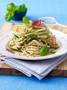 Vegan kochen ohne viele Kalorien? Geht super! Zum Beispiel mit diesem Rezept für Zucchini-Nudeln mit Mandelsoße