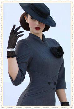 Robe glamour rétro, coupe années 50 par la modèle retro internationale Idda Van Munster pour Miss Candyfloss. Gris rayé marine, détails contrastants noirs, fleur-broche en taffetas incluse via missretrochic.com
