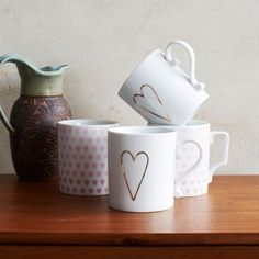 Love the elongated gold hearts on the mugs.