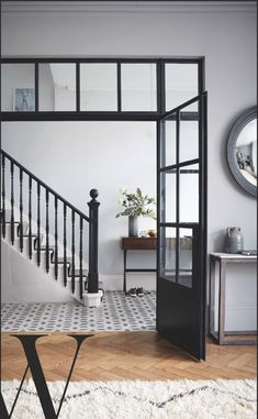 Like the colors and the floor juxtaposition - Stunning banisters in Farrow & Ball Railings with pale walls (F&B Blackened). Sommer Pyne's hallway Photo: Paul Massey for Living Etc Feb 2017 Farrow And Ball Living Room, Farrow And Ball Kitchen, Grey Walls Living Room, Grey Hallway, Tiled Hallway, Design Room, Blackened Farrow And Ball, Style At Home, Grey Internal Doors
