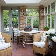 Costs porch decorating ideas for the mood of pleasant spring It is difficult to imagine a house without terrace or veranda. Small Conservatory, Conservatory Design, Conservatory Interiors, Conservatory Kitchen, Small Porch Decorating, Decorating Ideas, Estilo Country, Country Style, Vintage Country