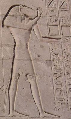 Gravure de Thot sur un mur du Ramesseum.  Dieu égyptien à caractère lunaire ; à Hermopolis il était la divinité suprême ; il avait le corps d'un homme et la tête d'un ibis, parfois d'un singe, et portait sur la tête le croissant de lune.