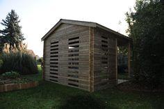 Appenti Maisonelle en bois qui y abrite un trampoline dans un jardin de l'Oise. (Vue de dos)