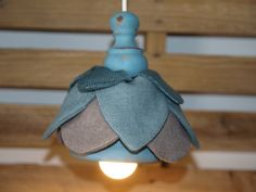 Flower lamp in linen and wood.
