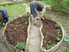 Gemüsebeet planen mit Holzkisten Halbmond