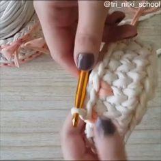 Outra aula legal, com fio conduzido, para dar aquele efeito de coraçõezinhos ❤ From @tri_nitki_school  #videoaula #pontoconduzido #crochet #pontosdecroche